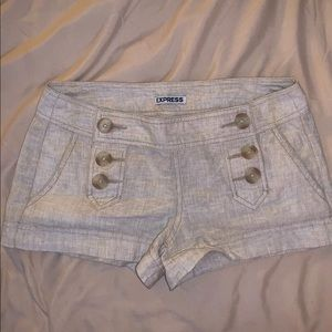 Express shorts with buttons